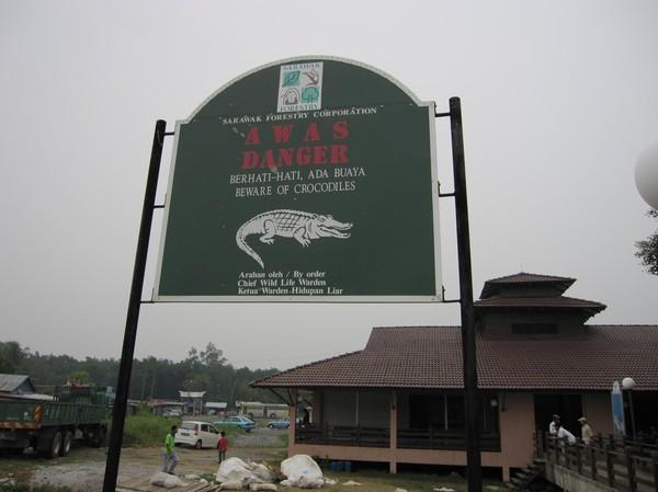 Varning för krokodiler vid hamnen på väg ut till Bako National Park.