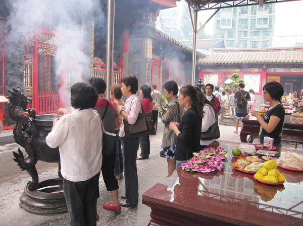 Tillber gudarna i Longshan Temple, Taipei.