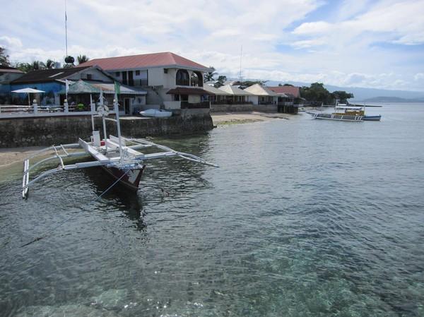 Så här ser strandlinjen ut vid Panagsama beach. Inte speciellt vackert, men funktionellt och praktiskt för dykarfolket.