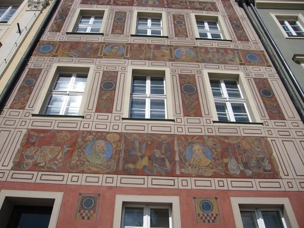 Detaljer på byggnad i gamla stan, Poznan. Otroligt fint!
