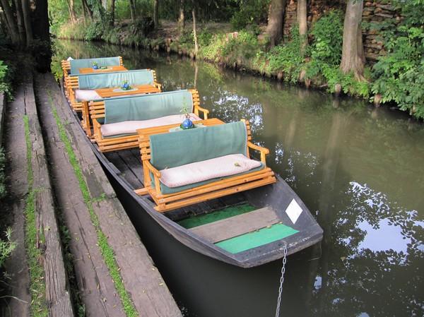 Turist båt, vid andra campingplatsen, Spreewald.