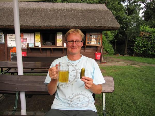 Stefan testar den berömda gurkan tillsammans med en öl, vid andra campingplatsen, Spreewald.