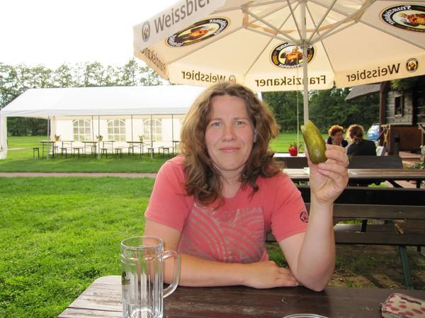 Sandra testar den berömda gurkan, vid andra campingplatsen, Spreewald.