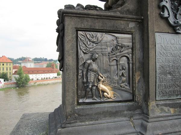 Detalj på en av brons 30 barockstatyer, Charles Bridge. Det medför lycka att vidröra dessa statyer och samtidigt så försäkrar det att man återvänder till Prag!