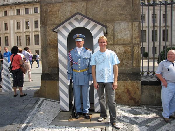 Stefan bredvid högvakten, västra slottsentrén, Prague Castle. Bilden har lite bragdvarning efter att jag fick tränga mig fram genom folkmassan och sedan ge en okänd person min kamera för att ta bilden. Observera mannen till höger som var väldigt road av mitt tilltag.