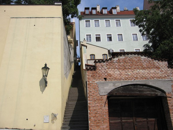 Trappa mellan husen, på väg ner från Prague Castle, Malá Strana.