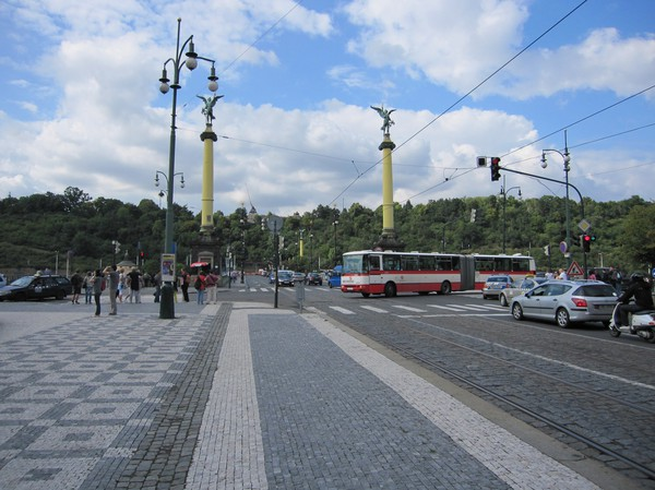På väg över bron från stadsdelen Josefov mot Letna Gardens, som ligger uppe på höjden med fin utsikt över centrala Prag.