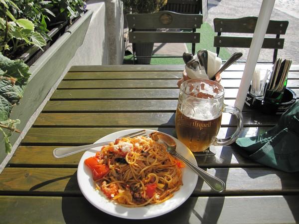 Middag nedanför Letna Gardens vid floden Vltava. Naturligtvis blev det en Pilsner Urquell även denna gång.