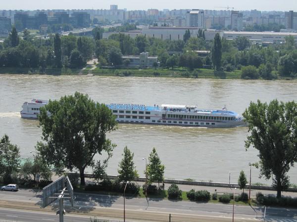 Donau med Petrzalka (kommunist-förorten) i bakgrunden sett från Bratislava castle, Bratislava.