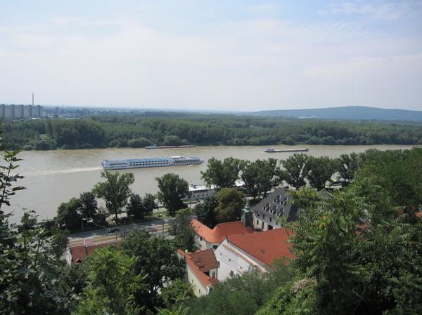 Donau med grönskande natur i bakgrunden sett från Bratislava castle, Bratislava.