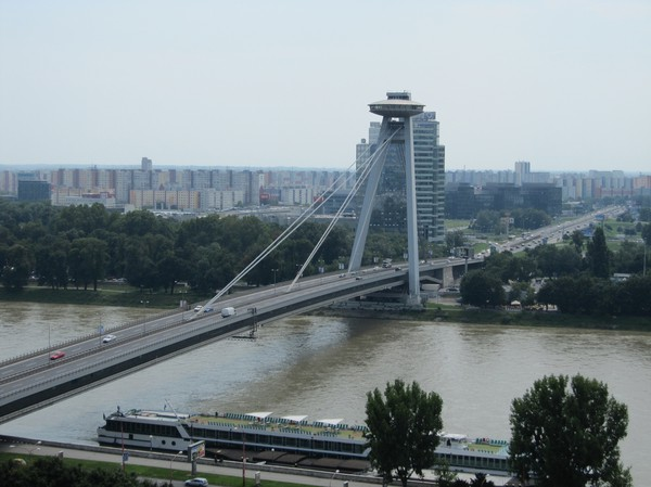 New bridge (även kallad UFO bron) byggd 1972 sedd från Bratislava castle, Bratislava.