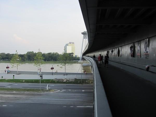 Promenad över (eller inuti) UFO-bron, Bratislava.