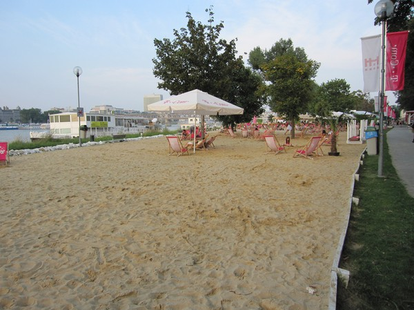 Konstgjorda beachen längs Donau, Petrzalka, Bratislava.