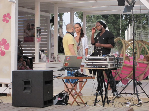 DJ på partyt vid konstgjorda beachen längs Donau, Petrzalka, Bratislava.