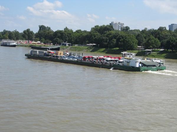 Fraktfartyg sett från UFO bron på väg över till Petrzalka, Bratislava.