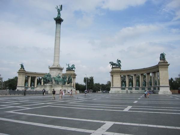 Hősök tere (hjältarnas torg), är kanske en av Pests mest kända platser. Ärkeängeln Gabriel står på toppen av pelaren i mitten.