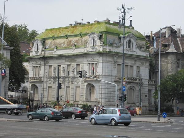 Okänd byggnad vid Hősök tere. Udda arkitektur.