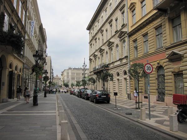 Längs Hercegprimas utca i riktning mot Szent István tér, Pest, Budapest.