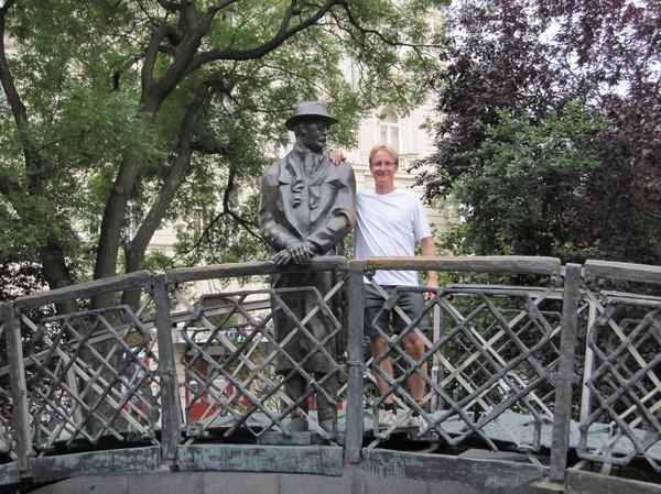 Stefan med Imre Nagy i närheten av parlamentet, Pest, Budapest. En av de främsta ledarna för kommunistpartiet i Ungern. Hängd den 16 Juni 1958. Fick upprättelse 1989.