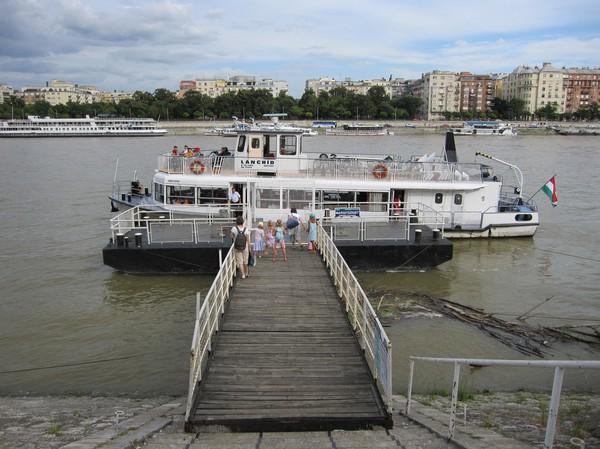 Båttransport mellan Pest och Margaret island, Budapest.