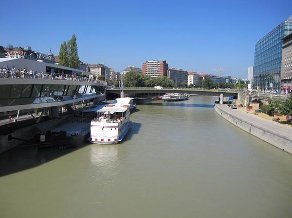 Donau kanalen från Schwedenbrücke, Wien.