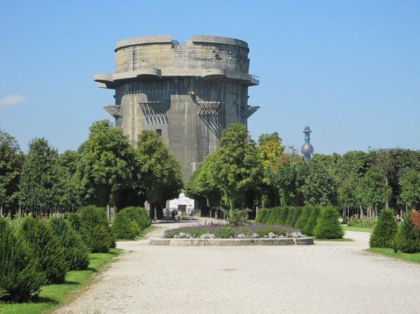 Ett av två Flaktürme i Augarten. Det finns totalt sex Flaktürme i Wien. Byggda under andra världskriget av Hitler som skydd mot de allierades lufträder.
