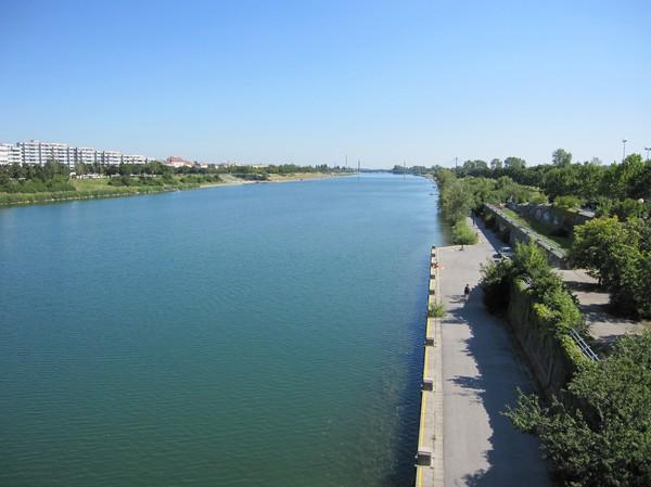 Neue Donau. Landremsan till höger i bild är Donauinsel, Wien.