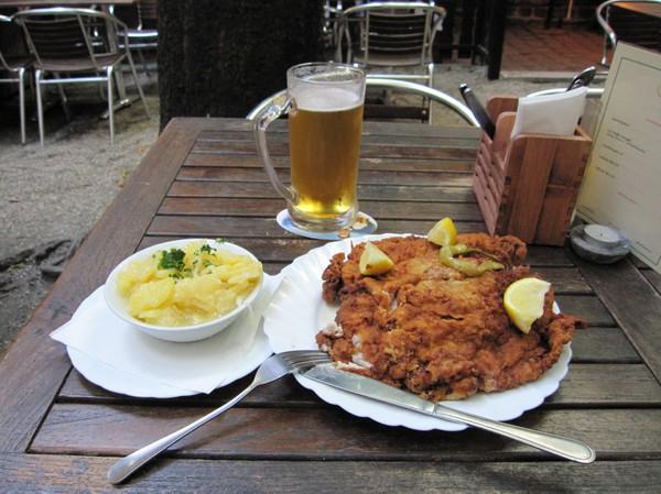 Den största måltid jag ätit i hela mitt liv. Restaurang Zu den Zwei Liesln. Gigantisk schnitzel som rankas till stadens allra bästa, Wien.