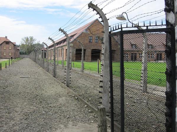 Separation mellan män och kvinnor med hjälp av elstängsel inne på Auschwitz I.