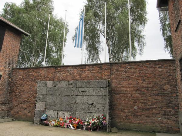 Execution Wall som finns mellan block 10 och block 11. Här sköts tusentals människor. Väggen avskaffades 1944 då det mesta av avrättningarna skedde via gasning på Birkenau.