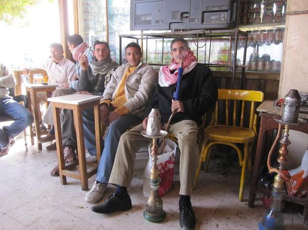 Mingel med lokalbefolkningen på restaurangen i Nuweiba, Egypten.