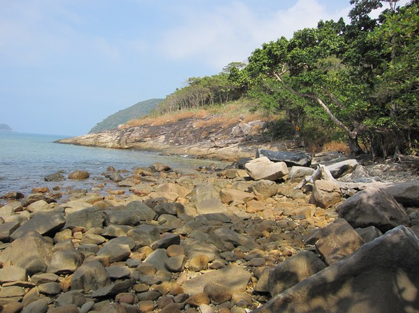 Framme vid Ong Dung beach som är en stenig strand. Flera timmar tog vandringen hit. På tillbakavägen tog jag en lite annorlunda väg.