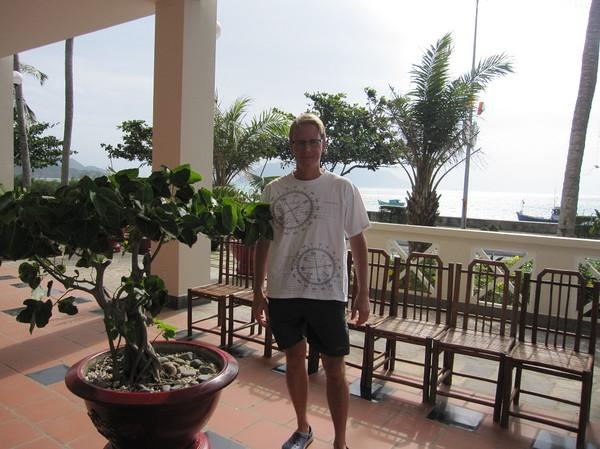 Stefan i receptionen på hotellet. Dags att lämna paradiset för Saigon!