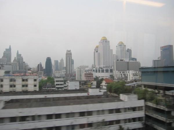 Utsikt från tåget in till Bangkok från Suvarnabhumi.