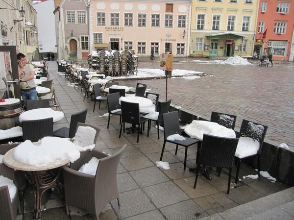 Uteserveringsdrömmarna krossade, Raekoja Plats, Tallinn.