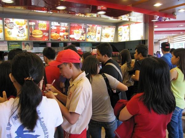 Enorma mängder folk på KFC, där jag åt lunch, Gaisano mall, Davao.