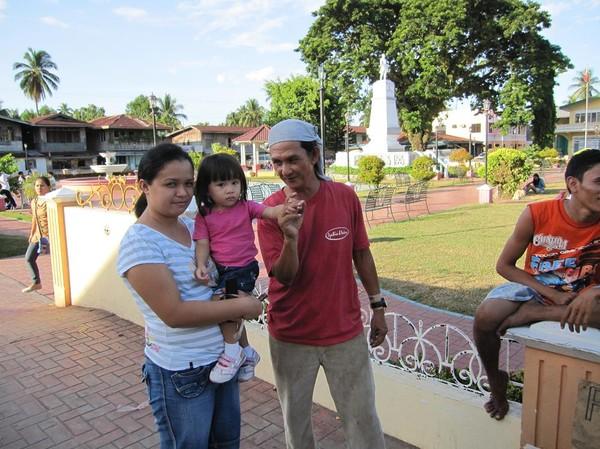 Min vän Jose med mamma och barn som vill köpa peanuts av honom. Han berättade för mig om Marcostiden och mycket annat, Cateel.