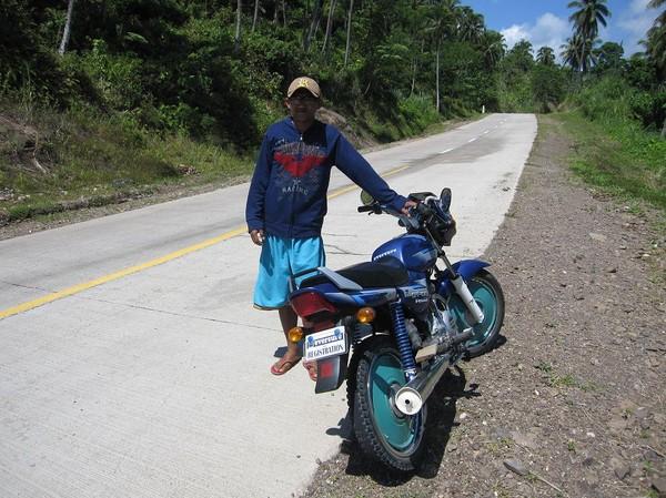 Dexter med sin motorcykel, mellan Cateel och Bislig.