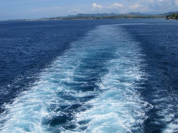 På färjan med Surigao city i bakgrunden. På väg till San Ricardo, Leyte.
