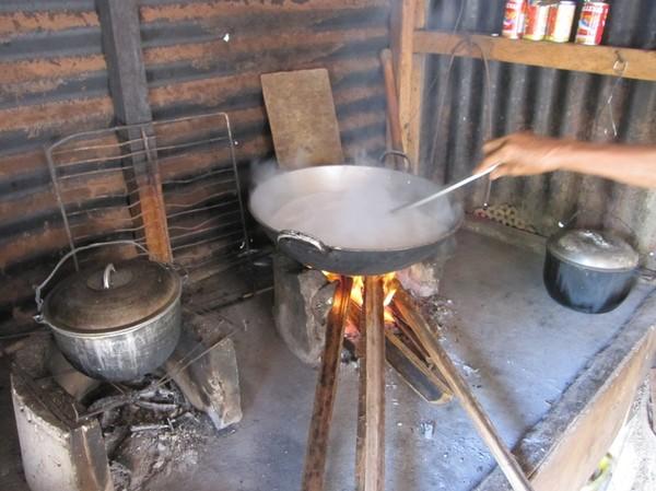 Kokning av kokos, för tillagning av Moron, en specialitet på Leyte.
