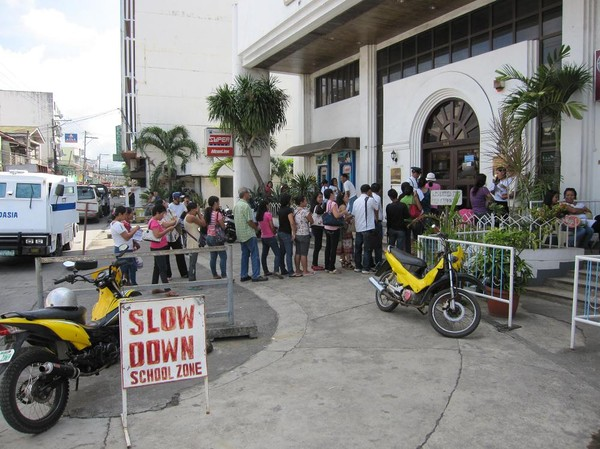Lönedag ger köer i bankomaten, Ormoc, Leyte.
