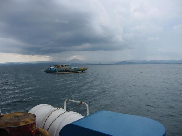 Nordvästra delen av Leyte i bakgrunden. Båtresan mellan Ormoc city och Cebu city.