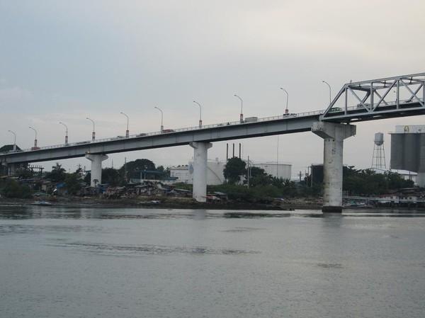 Mactan-Mandaue Bridge eller First Bridge som den också kallas mellan Mactan och Mandaue. Båtresan mellan Ormoc city och Cebu city.