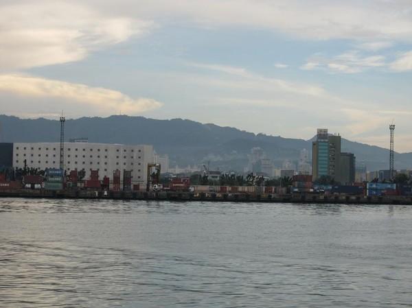 Hamnen i Cebu city, nu är vi nästan framme. Båtresan mellan Ormoc city och Cebu city.