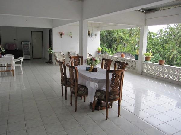 Frukostbord på den jättestora verandan på Melita guesthouse, Baucau.