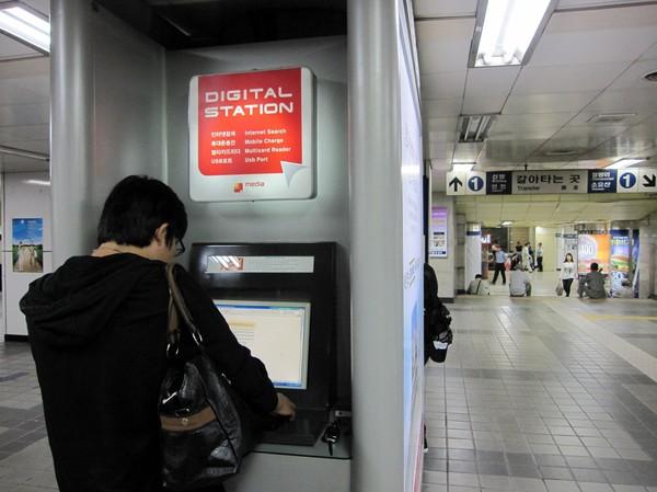 Man kan även surfa gratis och/eller ladda sin mobil med mera. I tunnelbanan alltså.