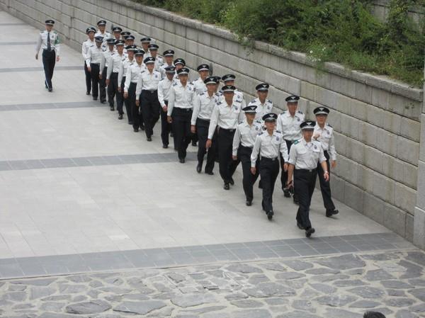 Marscherande polis? Cheonggyecheon Stream, Seoul.