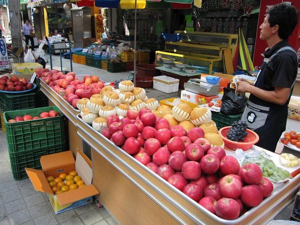 Äpplena som har den ljusare färgen till vänster i bild, verkar ha fått steroider eller liknande. Gigantiska till storleken är dom!