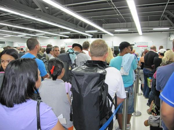 Passkontrollen på Suvarnabhumi och jag är på väg hem till Sverige. En stor sal med folk som är på väg ut ur landet och långa kötider. Inte direkt som på 90-talet.