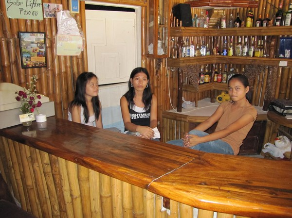 Tjejerna i baren, HR Music Bar & Restaurant.